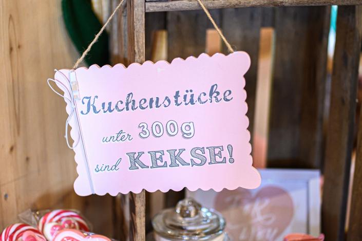 Hochzeit romantisch eleganter rustikaler Look im Forsthof Candybar rosa pink weiss